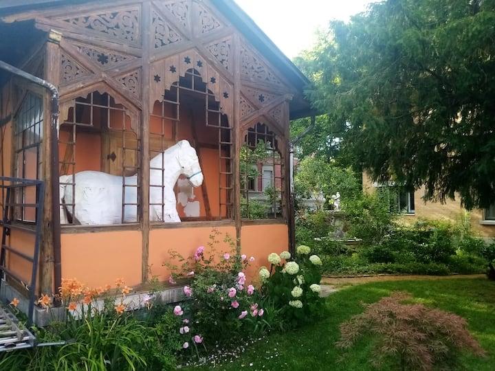 Kleines einfaches Zimmer im Teepavillon im Garten