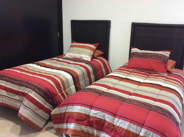 Tercer recámara con camas gemelas individuales y amplio closet