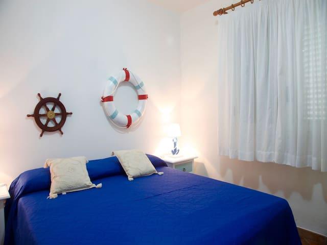 Bedroom 1: king size bed, interior details,   large wardrobe.  Camera da letto 1: letto matrimoniale, dettagli interni, ampia guardaroba.