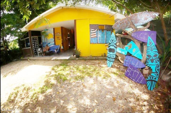 Habitación con aire en suite en JungleHostelGarden