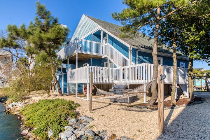 Spacious, waterfront apartment w/ a furnished deck - walk to the beach!