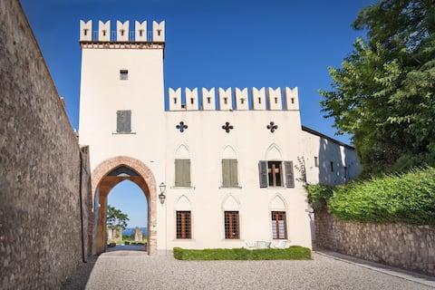 De eerste van het kasteel, twee-kamer appartement met uitzicht op het meer