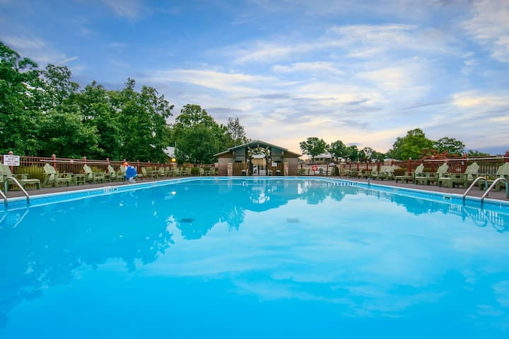 Quiet Golf Course Villa. Access to 5 Pools. On-site Restaurant | Holiday Inn
