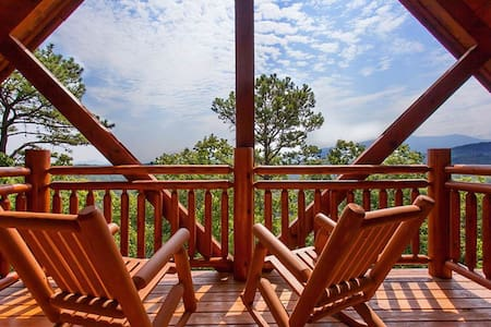Luxury cabin with wooded and Smoky Mountain views! - Pigeon Forge - Бунгало