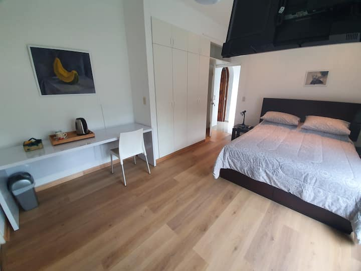 Habitación amplia ,  independiente y cómoda.