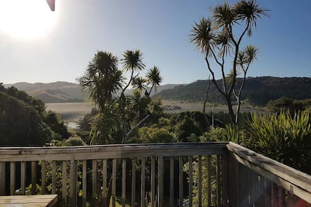 Ruru Cottage at Beautiful Bethells Beach