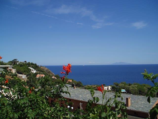 Beau studio sur la corniche, vue sur mer et îles