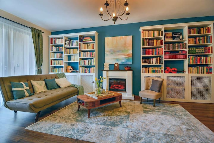 Charming 2 bedroom apartment with a large library