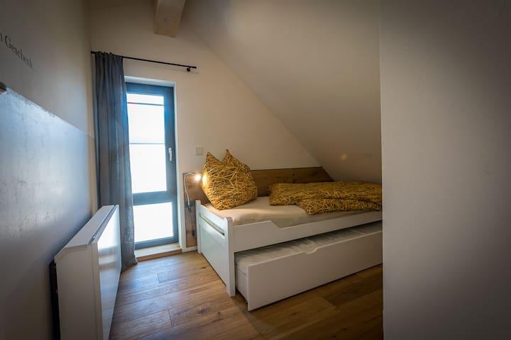 2. Schlafzimmer mit Etagen- oder Ausziehbett biede Schlagfelegenheiten 90x200cm