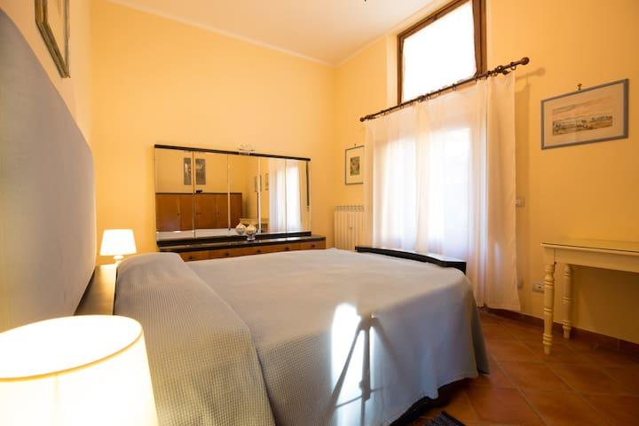 Interno: camera (letto matrimoniale a 2 piazze, armadio, cassettiera, scrivania)