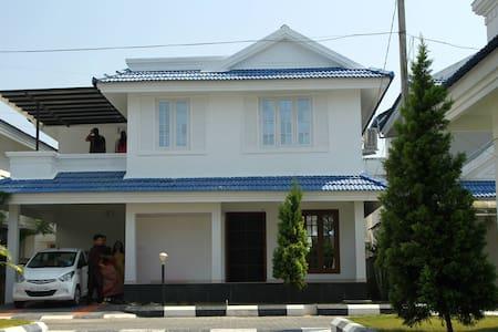 Independent luxury villa at kochi near amrutha - エルナクラム - 別荘