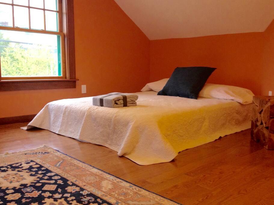 upstairs bedroom: queen