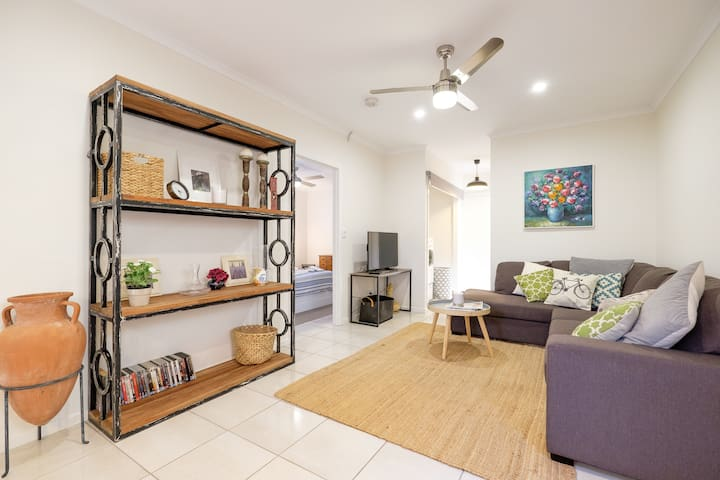 Casa Corinda - spacious cafe precinct apartment