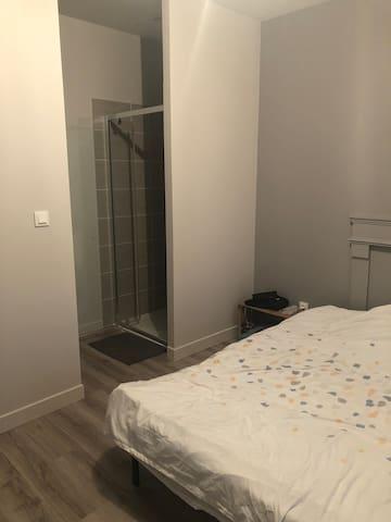 Chambre avec salle de bain privée chez l'habitant