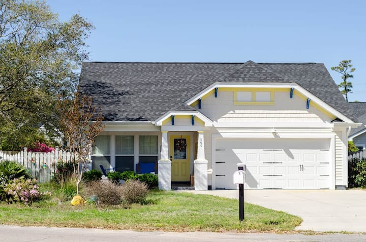 Salt Air Cottage-Charming and Colorful little beach house in the Heart of Carolina Beach