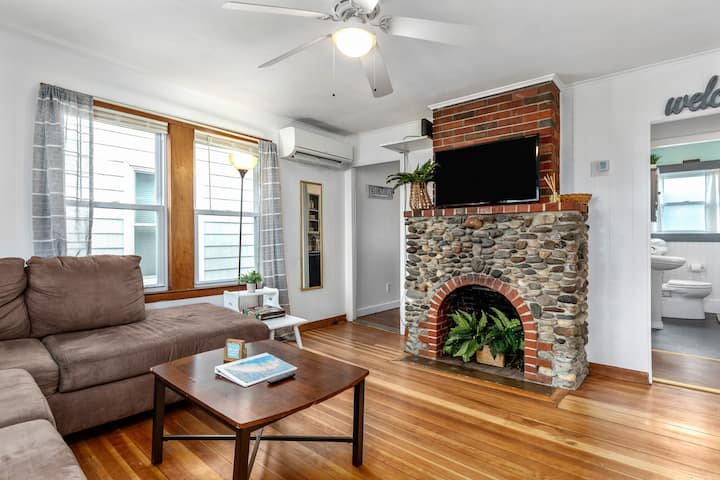 ⭐Porch, BBQ, Parking, FireTV ⭐ 2min→Beach &❤️of HB