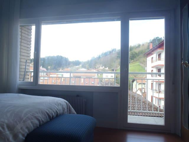 Las vistas de la habitación pequeña (balcón).