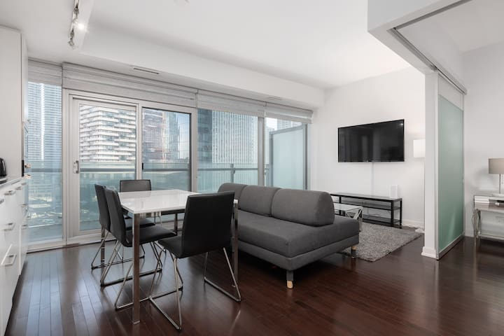 *Luxury 1BR + 2 BED in Heart of DT / FREE PARKING*