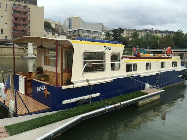 """The Houseboat """"Nénes""""on the port of Le Mans"""