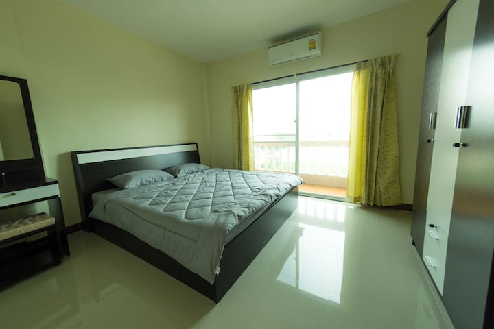 NEW CLEAN & COZY HOUSE 5-10 MIN. TO AIRPORT @^_^)