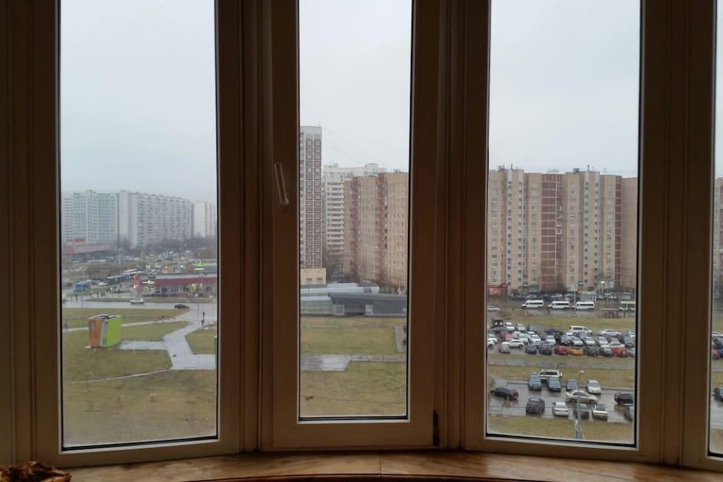 в комнате панорамный балкон с шикарным обзором