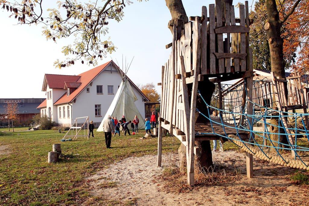 Viel Platz für Kinder: Spielplatz unter Bäumen