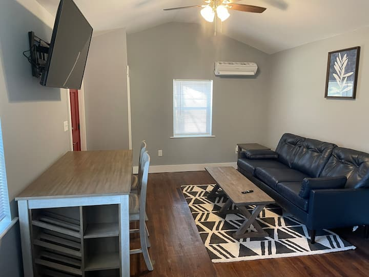 Completely Renovated Cottage-Minutes from Downtown