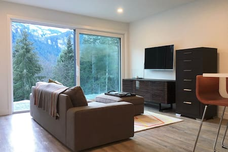 MODERN NEW BUILD - MOUNTAIN VIEW PRIVATE SUITE - Squamish - Casa
