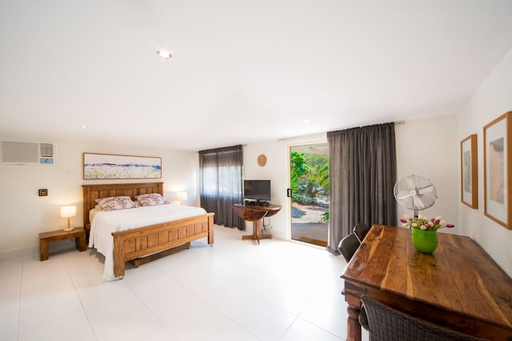 In the Heart of Airlie Beach - Private Guest Suite