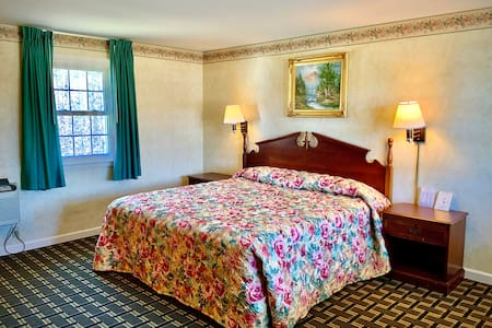 Pilgrim Inn: Room 102, 1 King Bed