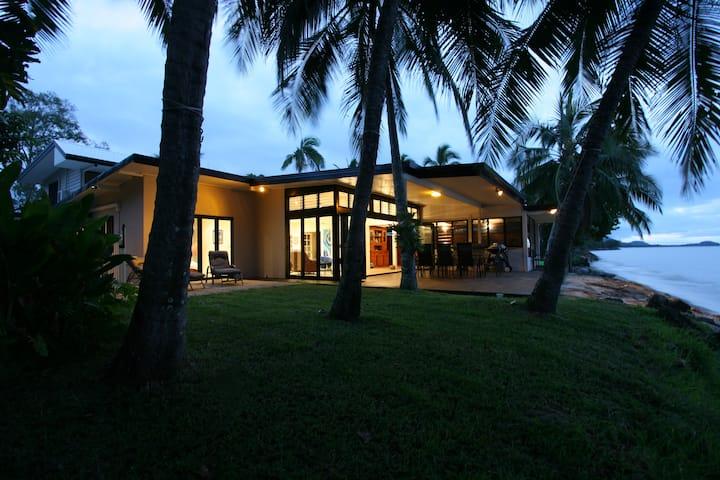 Sandcastle Retreat - Absolute Cairns beachfront
