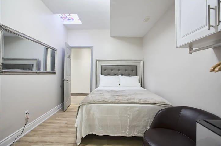 Toronto Rooms - 1 Queen 1 Pvt Bath