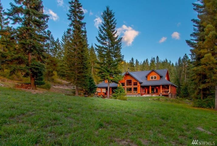 3,700sf Log Home with 5 bedrooms+ (Sleeps 14-17)