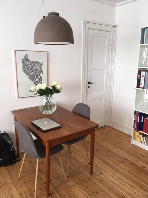 Livingroom (dining table)