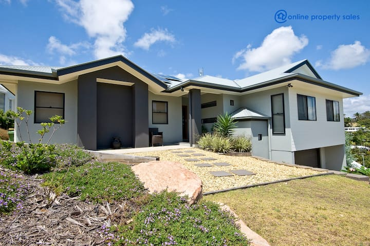 BEAUTIFUL HOME WITH OCEAN VIEWS - Yaroomba