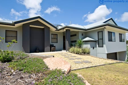 BEAUTIFUL HOME WITH OCEAN VIEWS - Yaroomba - 獨棟