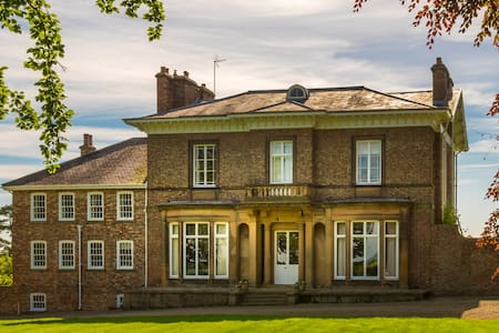 Brook Hall, Wighill - Now Sleeps 16+ and Hot tub