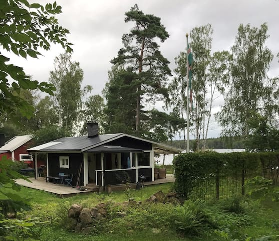 Harmonisk sjöstuga med båt och kanot, Böksholm.
