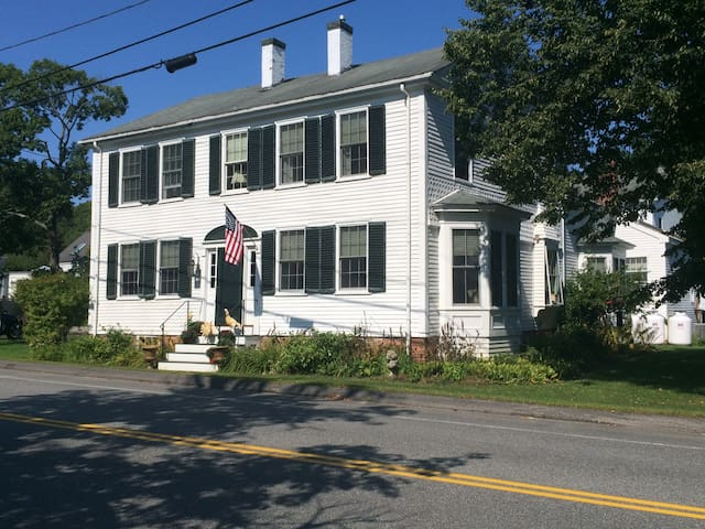 1796 Shipbuilders Home  2 rooms available. - Freeport - Bed & Breakfast