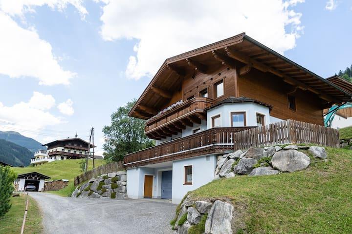 Appartement spacieux à Saalbach avec vue sur la colline