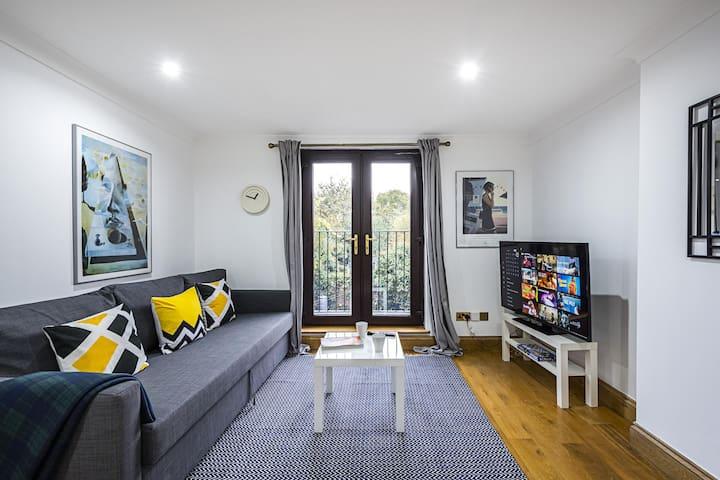 Stunning Light Filled 2 Bed Apartment + Parking Sleeps 7
