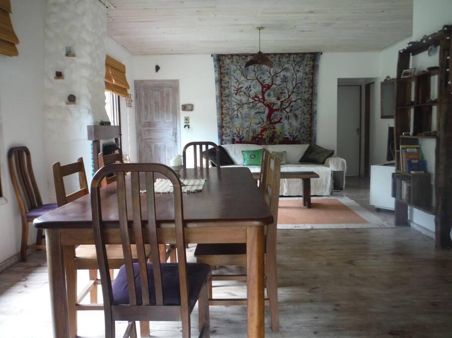 Sala de visitas e de jantar em plano aberto