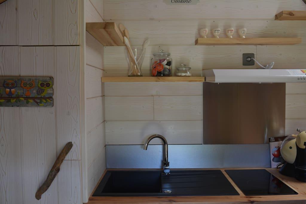 le coin cuisine, plaque chauffante,frigidaire ..