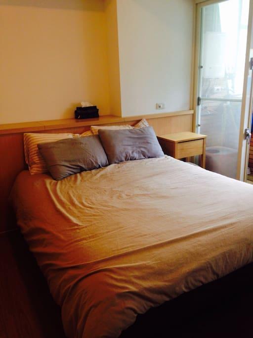 舒服的雙人床。 Cozy bed.