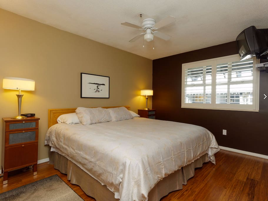 Master Bedroom with split king (can be configured as a king or 2X twins) and flat screen TV.