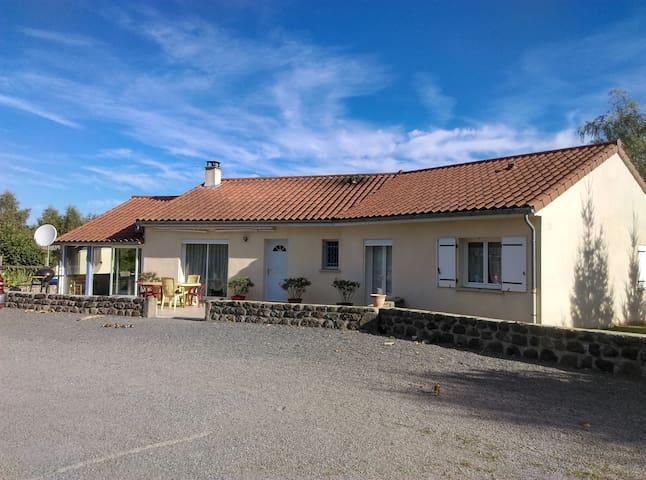 Maison à Prunet, 2 chambres privées,10 mn Aurillac