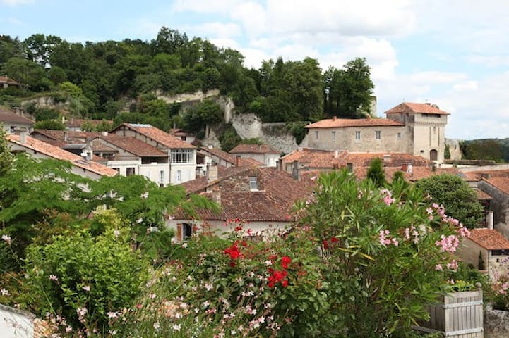 Apartment in the centre, sleeps two,free Wifi. - Aubeterre-sur-Dronne - Leilighet