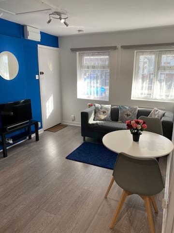 2 bedrooms in shared apartment with garden/drive