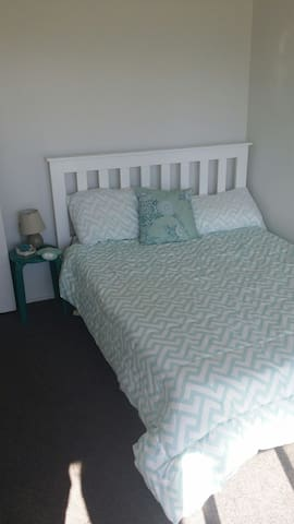 Walk to the beach cosy bedroomx 2 - Papamoa - Hus