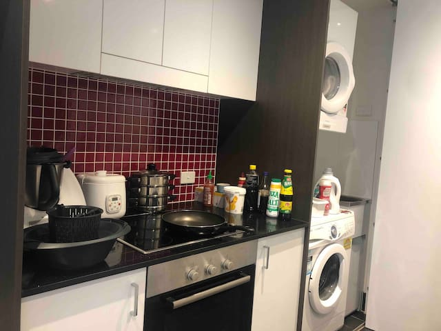 Lyneham apartment with free parking, pool and gym